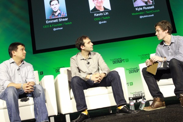 2013年8月,亚马逊斥资10亿美元收购游戏直播网站Twitch 跟Waze一样,Twitch当初被卷入了收购流言当中,但这一次谷歌被广泛认为将会拿下该游戏直播网站。然而,最后的赢家却是亚马逊。通过该收购,亚马逊为它已有的Prime Music、Prime Video等产品的娱乐服务组合增加了Twitch。