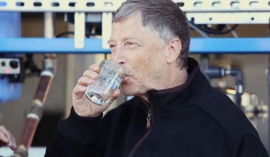 2015年,全球大约有24亿人无法享受基本的安全公共卫生,超过6.6亿人还在饮用来自非干净水源的水。  比尔及梅林达·盖茨基金会与许多工程师讨论过这个问题:我们该如何利用科技解决此类问题。Janicki Bioenergy的首席执行官Peter Janicki设计了一款设备,它可以在数分钟内将污水转化为干净可饮用的水、电力以及不含病菌的灰烬。  这款净化器不但可以帮助发展中国家获得干净的水资源和能源,还能提供就业机会——Janicki Bioenergy会雇佣企业家在急需净化器的区域内运营公司。