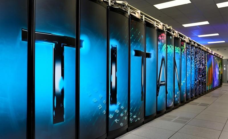 泰坦(Titan) 泰坦超级计算机位于田纳西州的美国橡树林国家实验室,是美洲虎(Jaguar)超级电脑的升级版本。泰坦拥有18688个运算节点,浮点运算速度为每秒17.59千万亿次。
