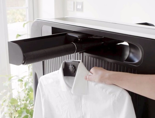 【超方便的全自动挂烫机】这个家伙看上去像是的大号的电暖气,但是顶部却可以折叠出一个运输衣服的轨道,只需把洗好的衬衣都挂在这里即可。