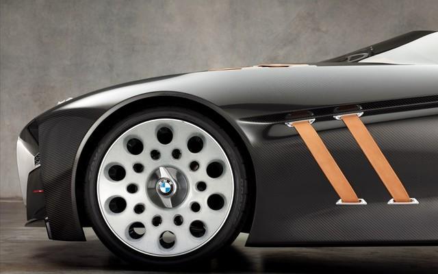 轮毂造型复古,视觉张力极强。