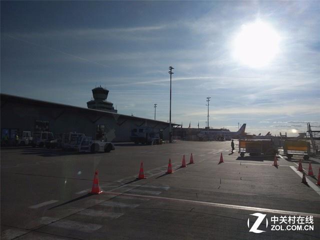 经历10小时的飞行到达德国柏林的泰格尔机场