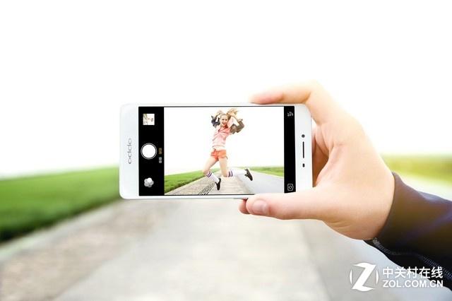 """""""全新万人迷""""OPPO R7s是今年10月,OPPO继""""万人迷""""R7和""""大人物""""R7 Plus之后推出的新款手机。OPPO R7s采用5.5英寸1080P的AMOLED屏幕,机身厚度仅为6.9mm,一体化机身设计配备了2.5D玻璃。OPPO R7s经过全新设计,触摸按键变成了虚拟按键,三段式全金属机身设计提供了银色、金色、玫瑰金三个版本。"""