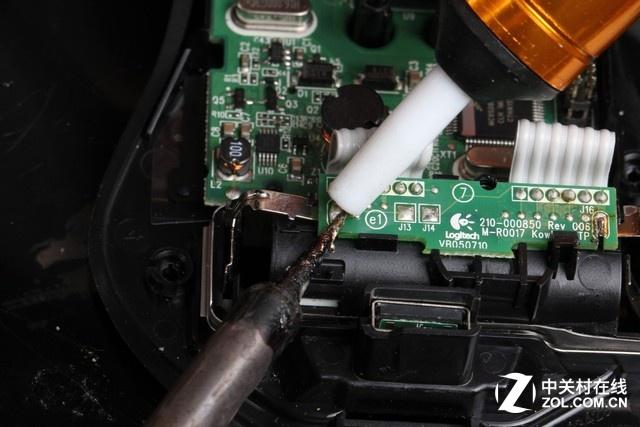 使用电烙铁和吸锡器,将充电电路板上的电极焊下